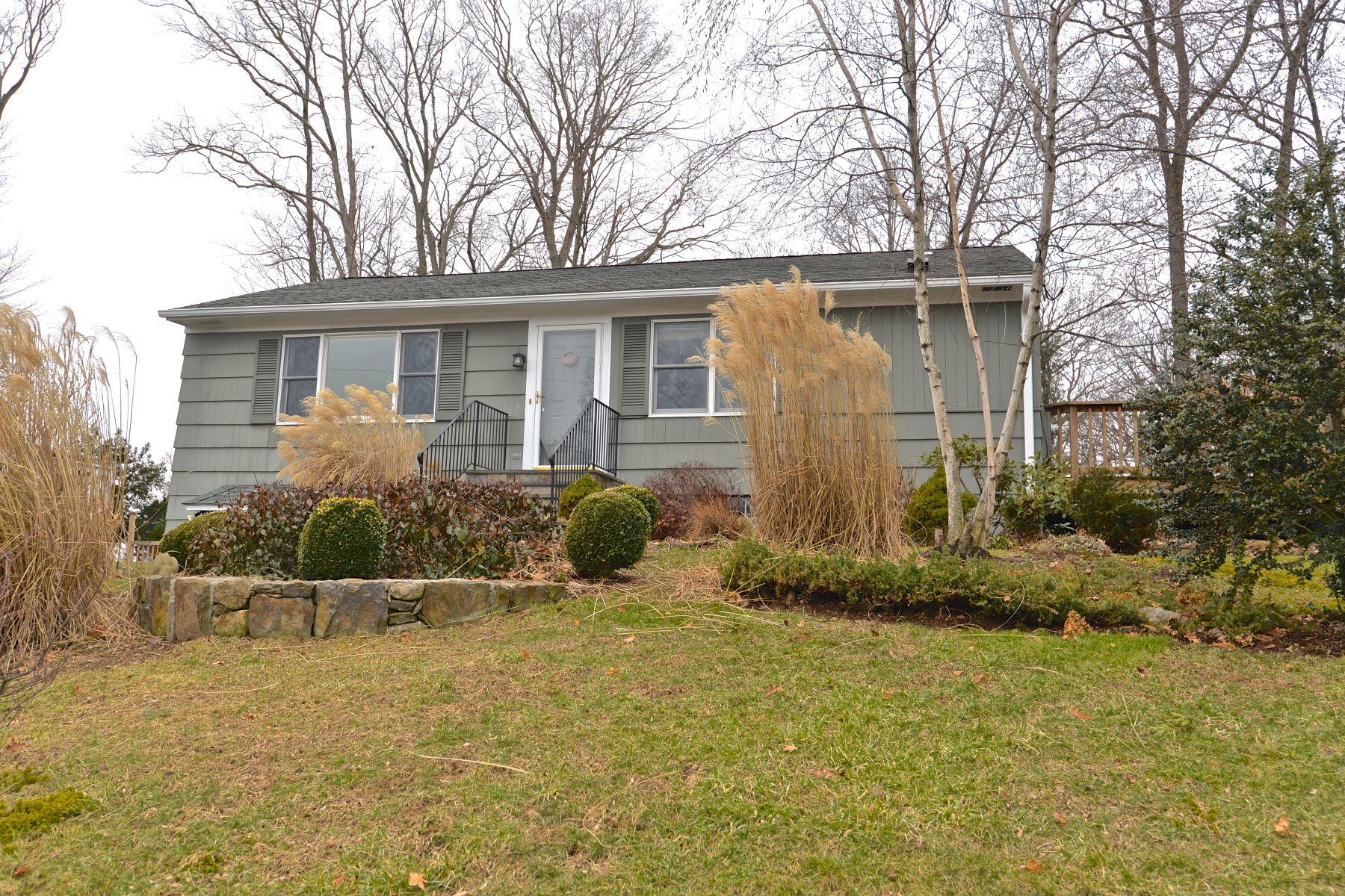 独户住宅 为 销售 在 Adorable Ranch In Candlewood Shores 32 Clearview Drive, 布鲁克菲尔德, 康涅狄格州, 06804 美国