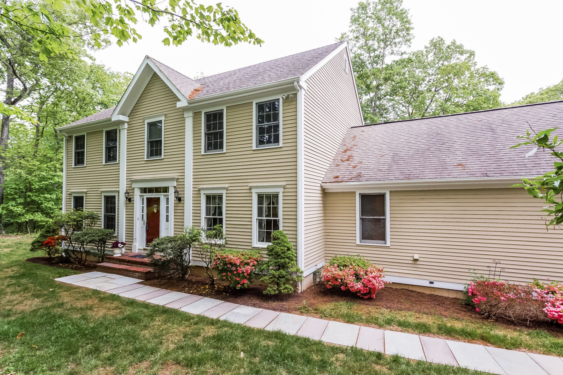 Casa Unifamiliar por un Venta en Level Private Property 98 Wolfpit Road Southbury, Connecticut 06488 Estados Unidos