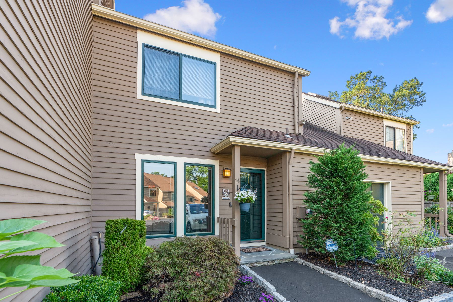Single Family Homes for Sale at Awesome Updated Town House 14 Lisa Court Dobbs Ferry, New York 10522 United States