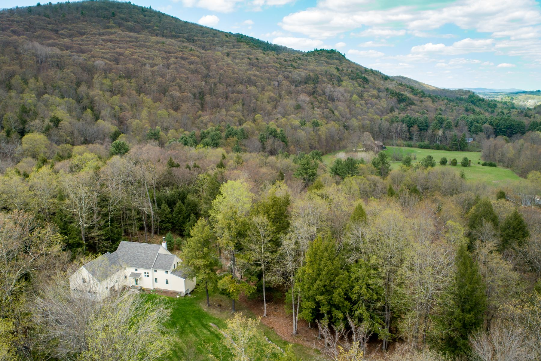 Casa Unifamiliar por un Venta en Light-Filled Contemporary with Gorgeous Mountain Views 30 East Alford Rd West Stockbridge, Massachusetts 01266 Estados Unidos
