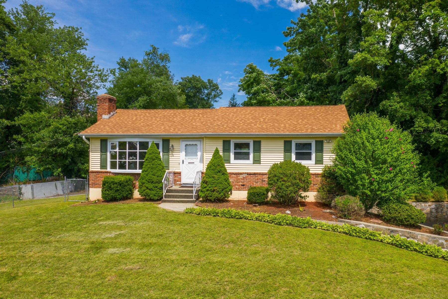Single Family Homes للـ Sale في Updated Westside Ranch 8 Lillian Avenue, New Fairfield, Connecticut 06812 United States