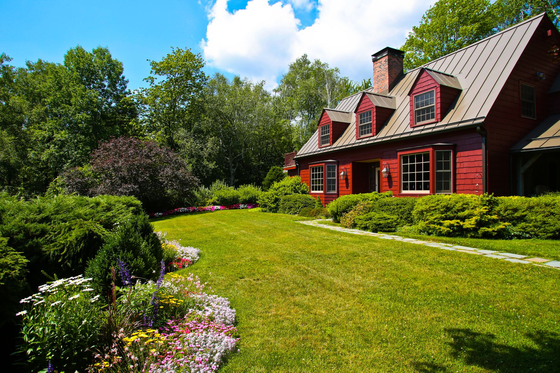 Casa Unifamiliar por un Venta en 100 Acre Family Compound: Stream, Ponds, Stables with Guesthouse 759 Hancock Rd Williamstown, Massachusetts 01267 Estados Unidos