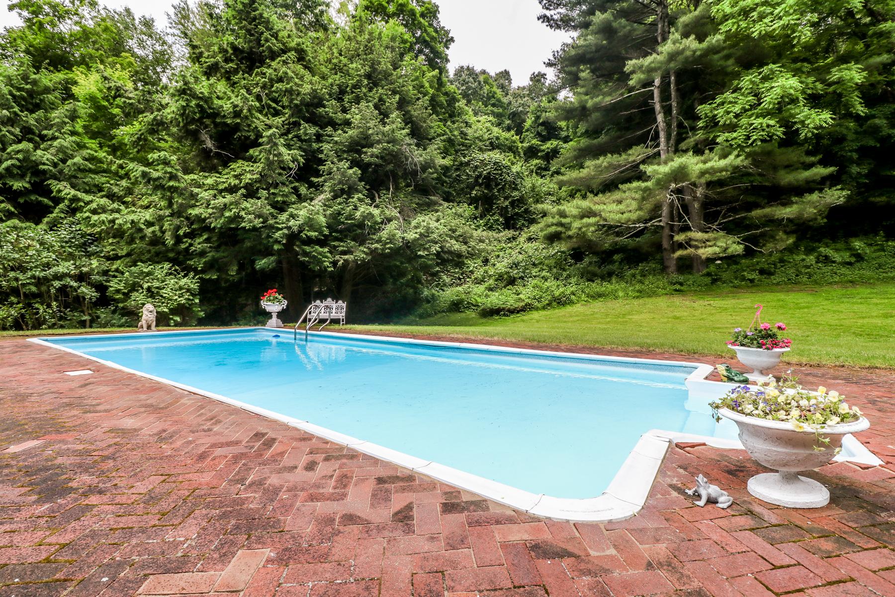 Single Family Homes для того Продажа на Charm And Natural Beauty 35 Obtuse Road, Newtown, Коннектикут 06470 Соединенные Штаты