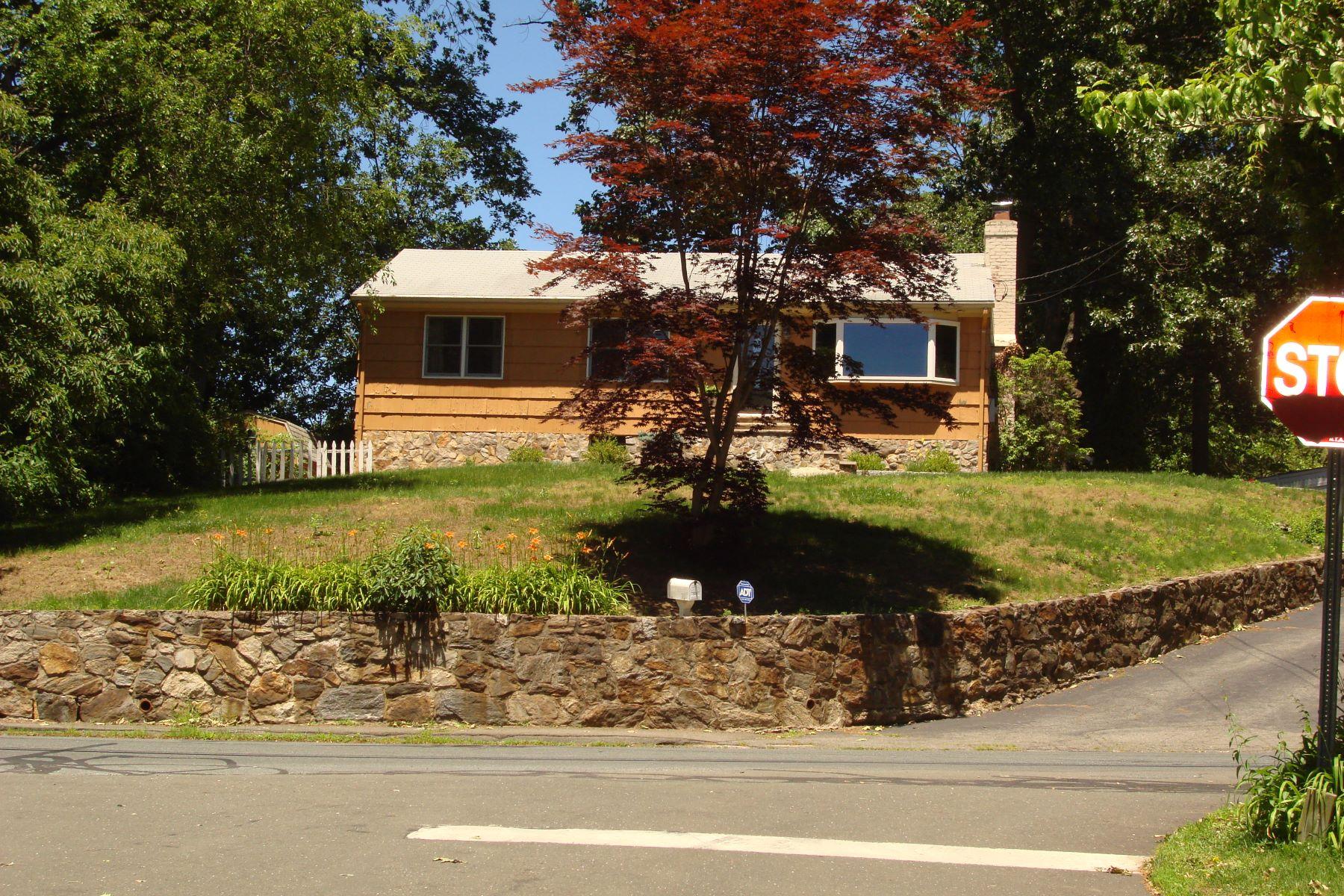Частный односемейный дом для того Продажа на Well Maintained 332 West Cedar Street Norwalk, Коннектикут, 06854 Соединенные Штаты