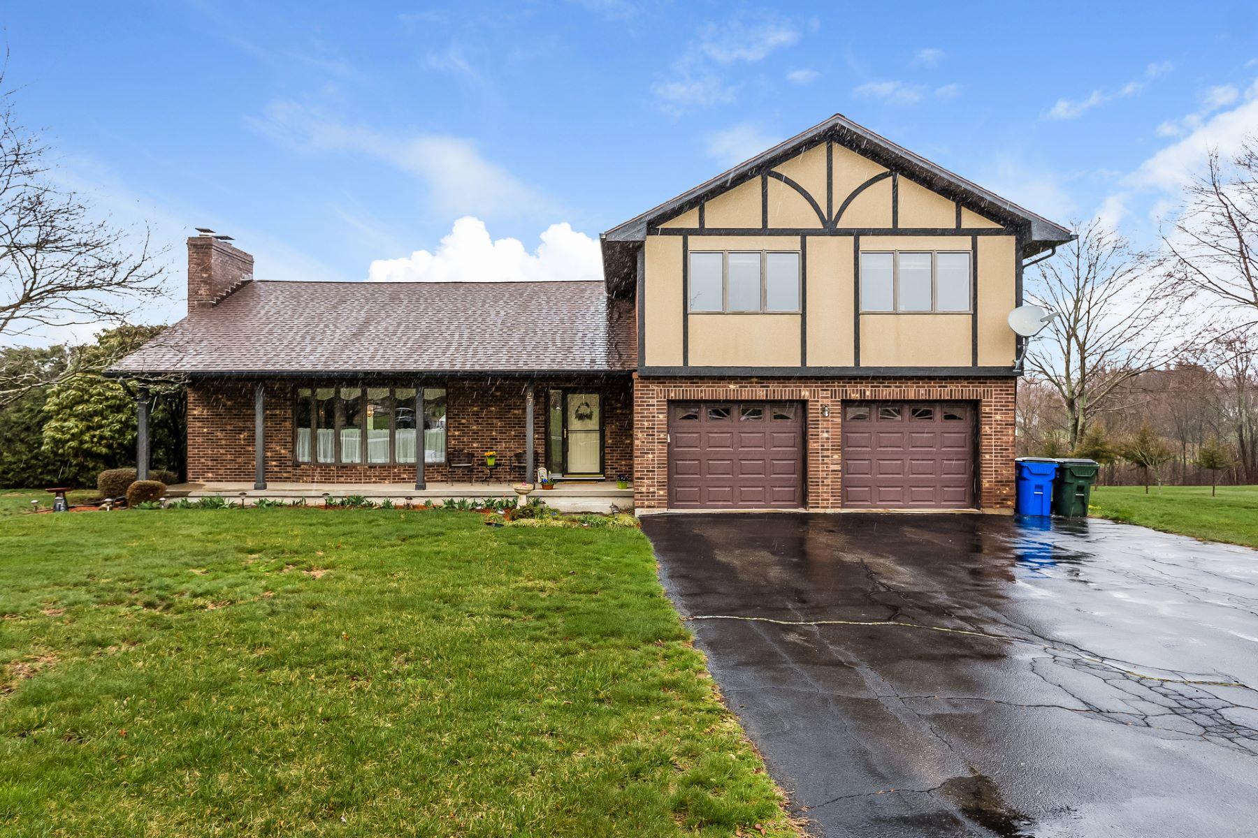 Maison unifamiliale pour l Vente à Welcoming Split Level Tudor 27 Northgate Rd Watertown, Connecticut 06795 États-Unis