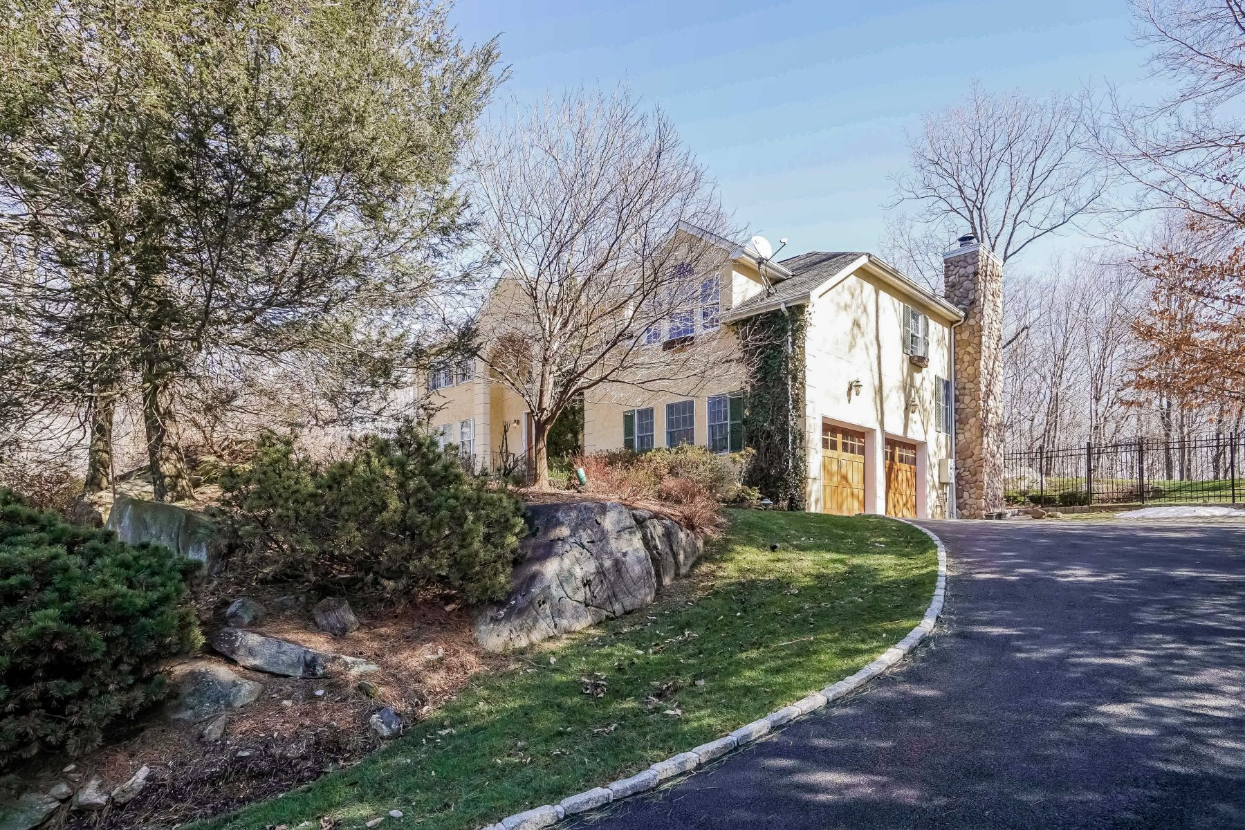 واحد منزل الأسرة للـ Sale في 36 White Deer Lane West Harrison, New York, 10604 United States