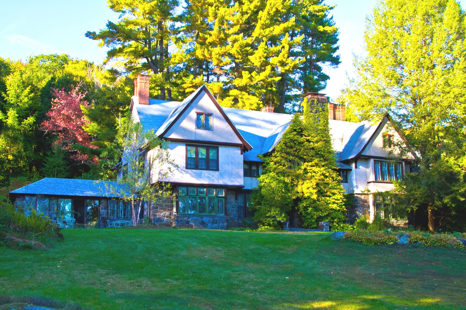 Casa Unifamiliar por un Venta en A Magnificent Tudor Mansion with Views, Majestically Set on 8 Lenox Acres 399 Under Mountain Rd Lenox, Massachusetts 01240 Estados Unidos