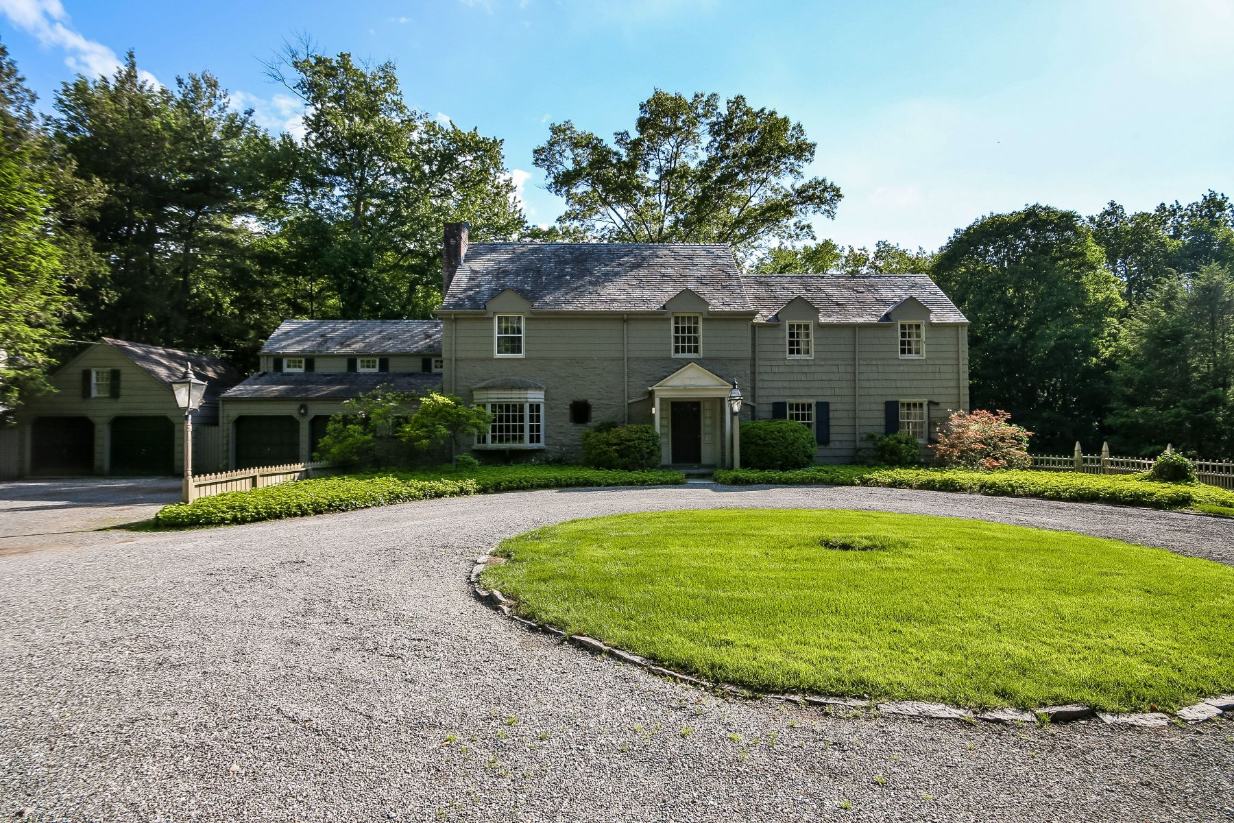 Villa per Vendita alle ore Elegant Colonial Home Located in Harrison 16 Pleasant Ridge Road Harrison, New York, 10528 Stati Uniti
