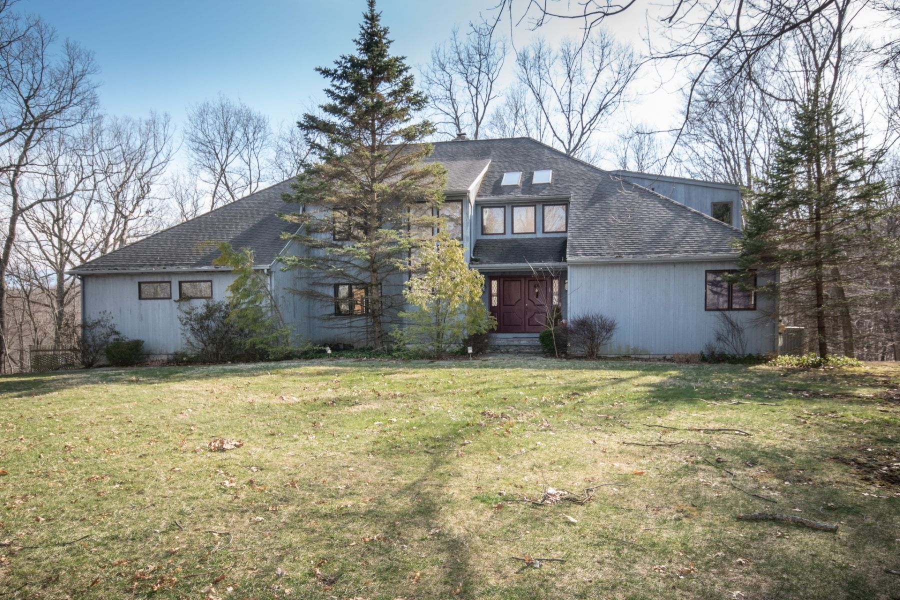 Single Family Homes للـ Sale في Light-filled, Transitional Contemporary 26 Walker Lane, Weston, Connecticut 06883 United States