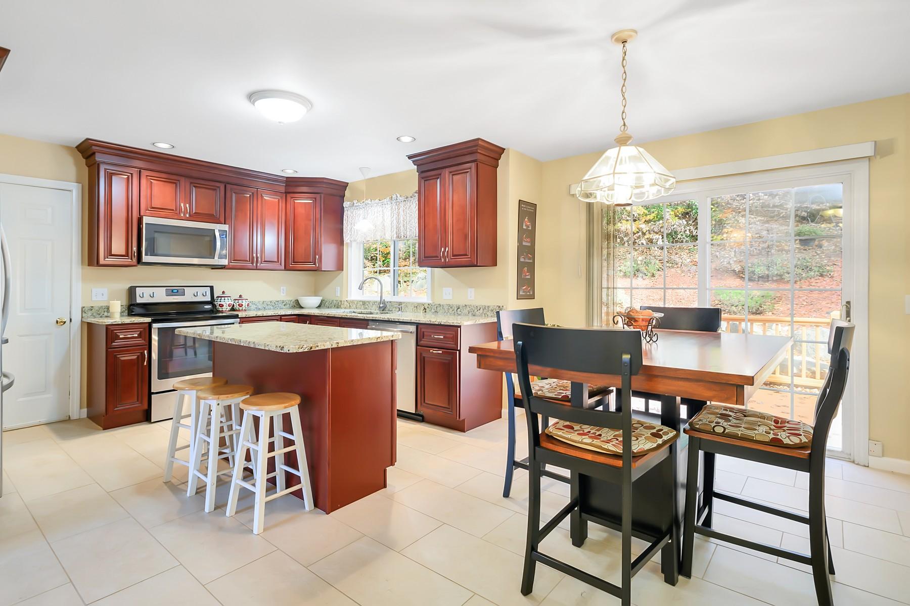 Eensgezinswoning voor Verkoop op Bright, Open, Immaculate Colonial 26 Yorkshire Dr, Waterford, Connecticut 06385 Verenigde Staten