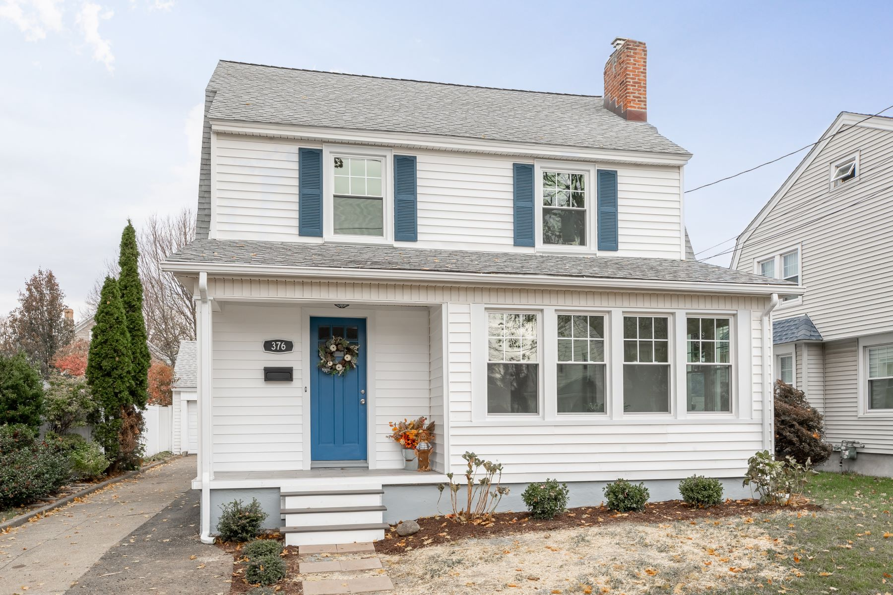 Single Family Homes pour l Vente à Beautifully Updated 376 Windsor Avenue Stratford, Connecticut 06614 États-Unis
