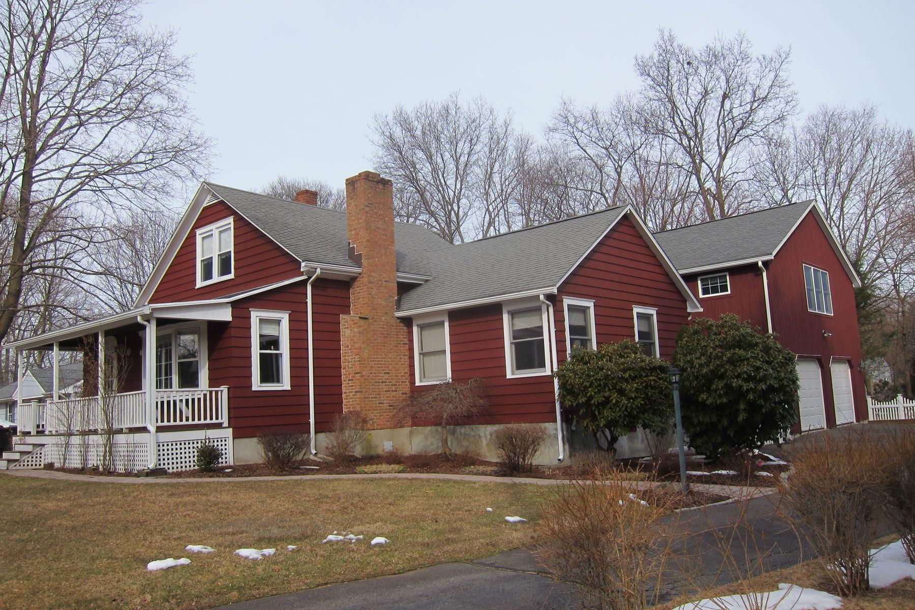 Eensgezinswoning voor Verkoop op Charming Nichols Farmhouse 11 Robinwood Road, Trumbull, Connecticut 06611 Verenigde Staten
