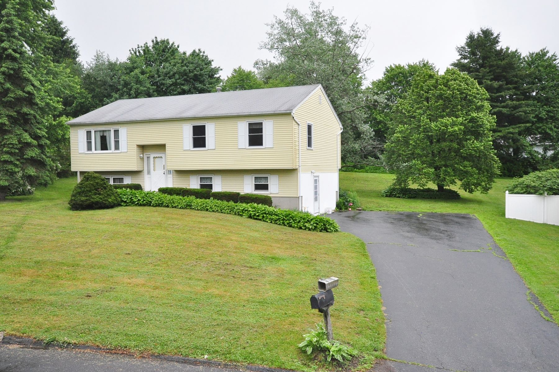 Single Family Homes for Sale at Beautifully Maintained Raised Ranch 337 Oxbow Drive Torrington, Connecticut 06790 United States