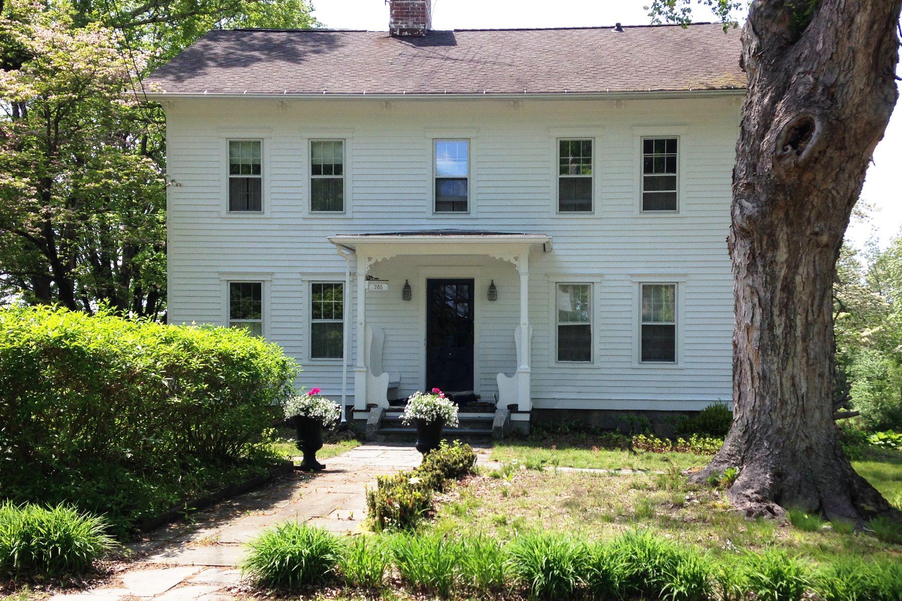 واحد منزل الأسرة للـ Sale في Perfectly Modernized Antique Colonial 285 Aspetuck Ridge Road New Milford, Connecticut 06776 United States