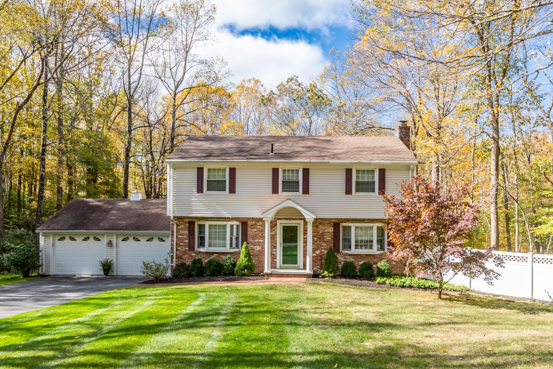 Single Family Homes vì Bán tại Pristine 4 Bedroom Colonial 13 Poplar Road, Ridgefield, Connecticut 06877 Hoa Kỳ
