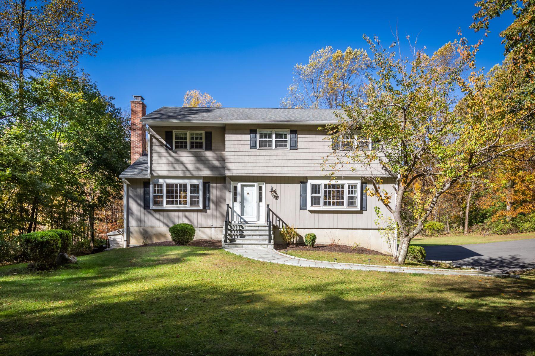 Single Family Homes 为 销售 在 Beautifully Updated Colonial 129 Old Redding Road 雷丁, 康涅狄格州 06896 美国