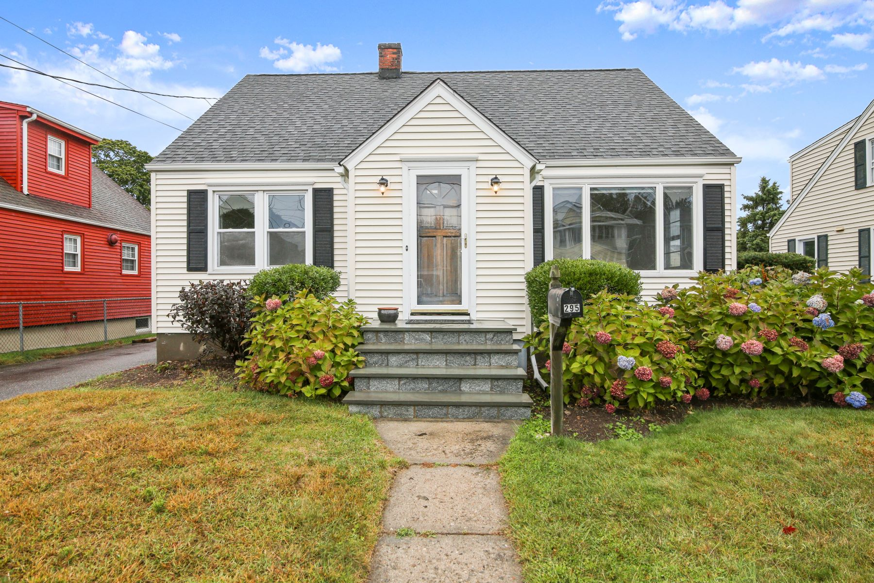 Single Family Homes pour l Vente à By the Beach in Lordship 295 2nd Avenue Stratford, Connecticut 06615 États-Unis
