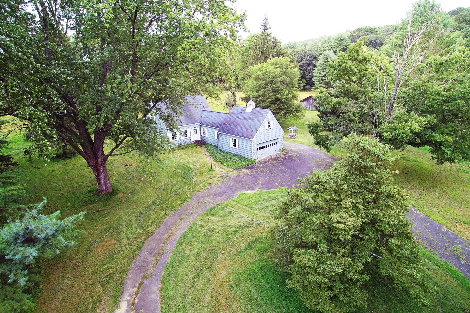 Maison unifamiliale pour l Vente à Vintage 1957 Cape/Farmhouse 614 Redding Road Redding, Connecticut 06896 États-Unis