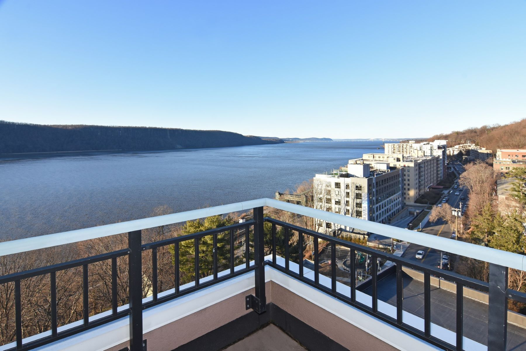 Condominiums for Sale at Luxurious Riverwatch Penthouse 1020 Warburton Avenue 15C Yonkers, New York 10701 United States