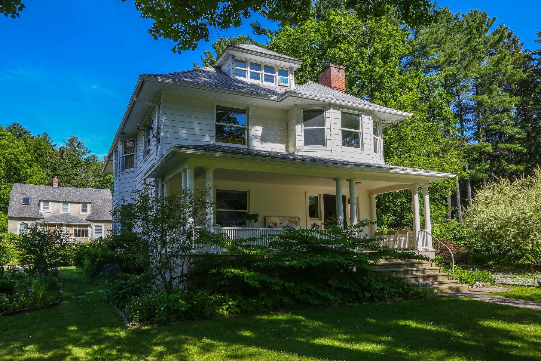 Additional photo for property listing at Beautifully Maintained American Foursquare on The Hill 8 Oak St Great Barrington, Massachusetts 01230 États-Unis