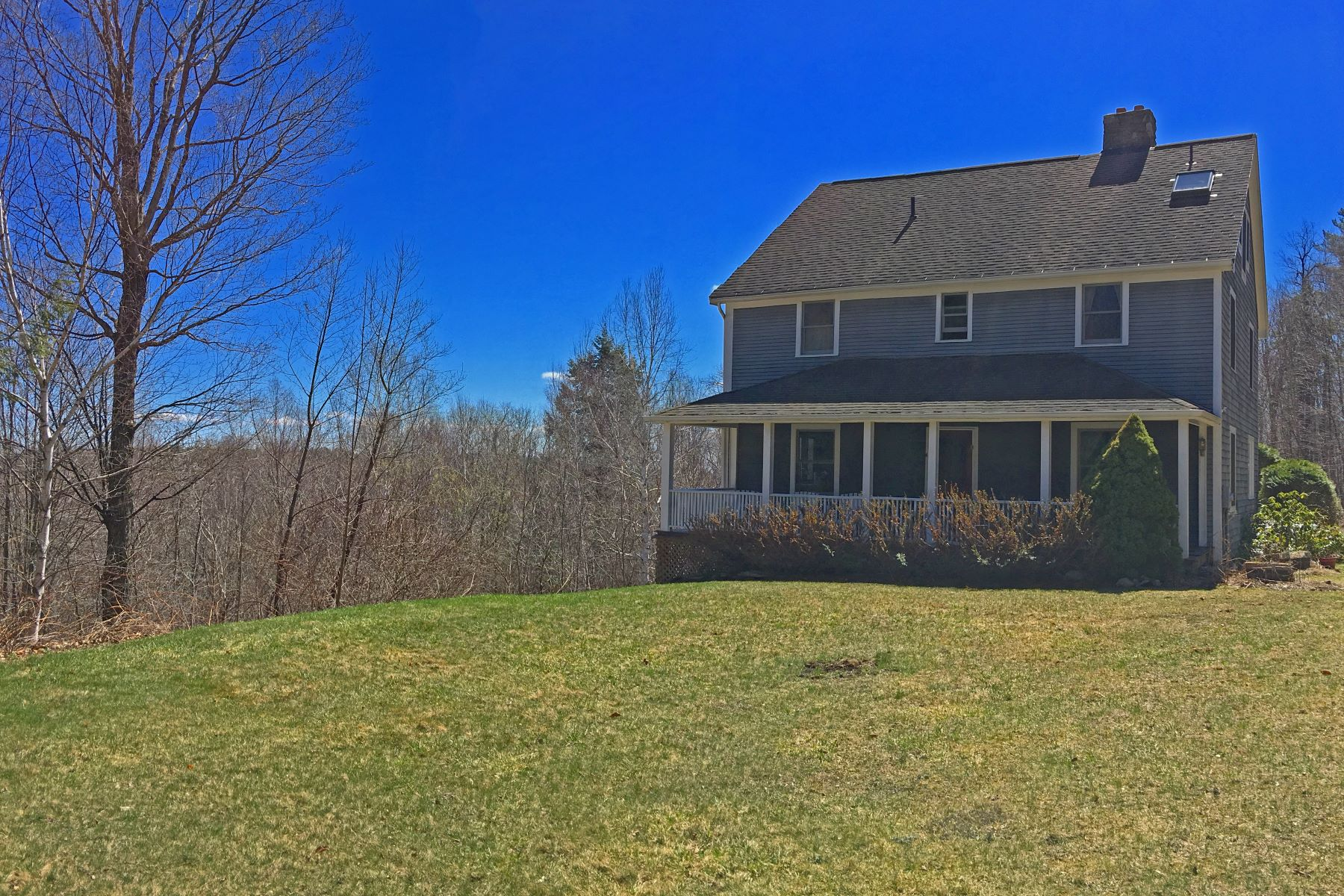 Casa Unifamiliar por un Venta en Views, Acreage and The Best Front Porch You Have Ever Seen 171 Schultz Rd Washington, Massachusetts 01223 Estados Unidos