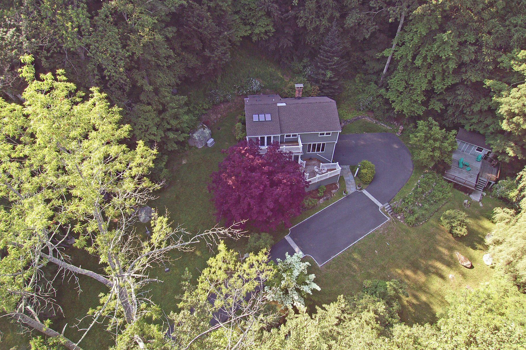 Einfamilienhaus für Verkauf beim Light Filled Colonial 40 Shields Lane Ridgefield, Connecticut, 06877 Vereinigte Staaten