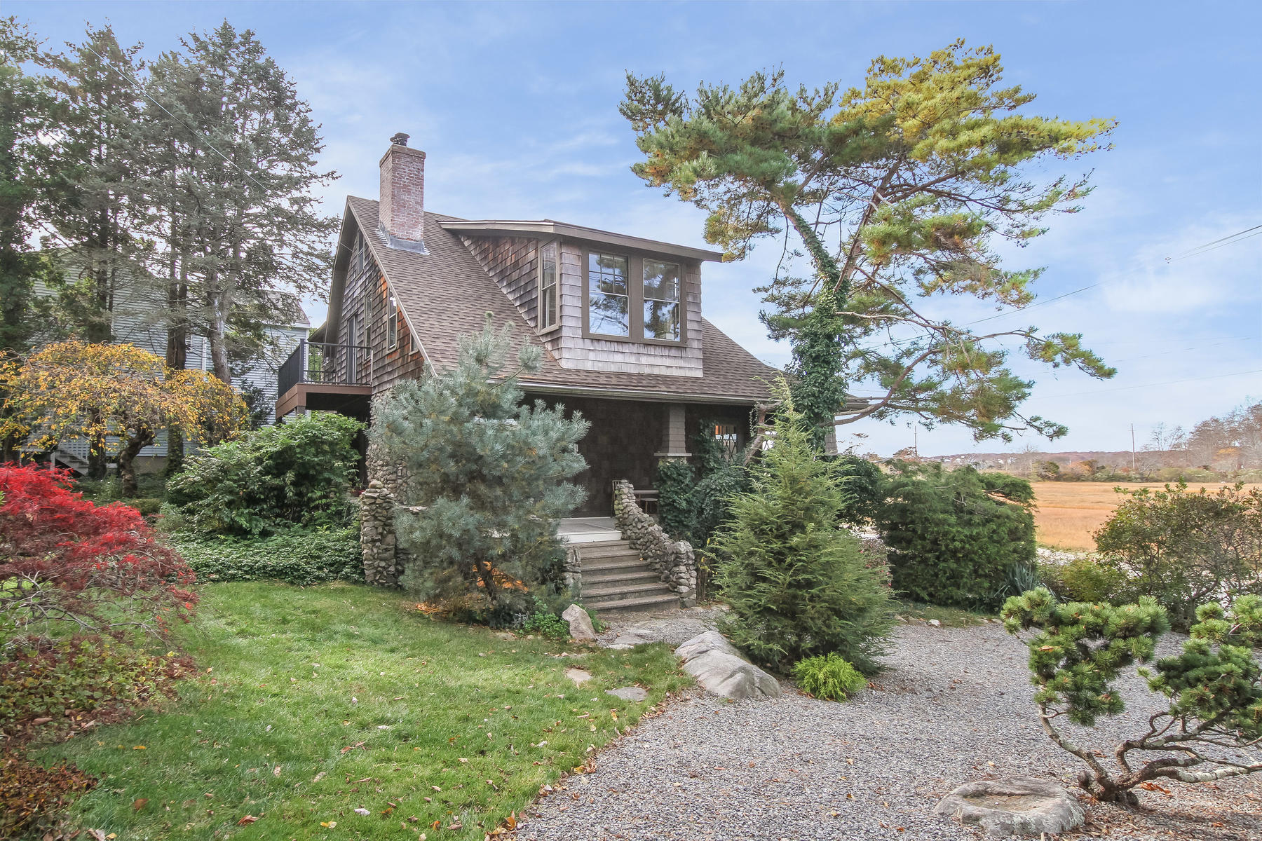 Single Family Homes por un Venta en Classic Shingle and Stone Craftsman Home 9 Cross Street Groton, Connecticut 06340 Estados Unidos