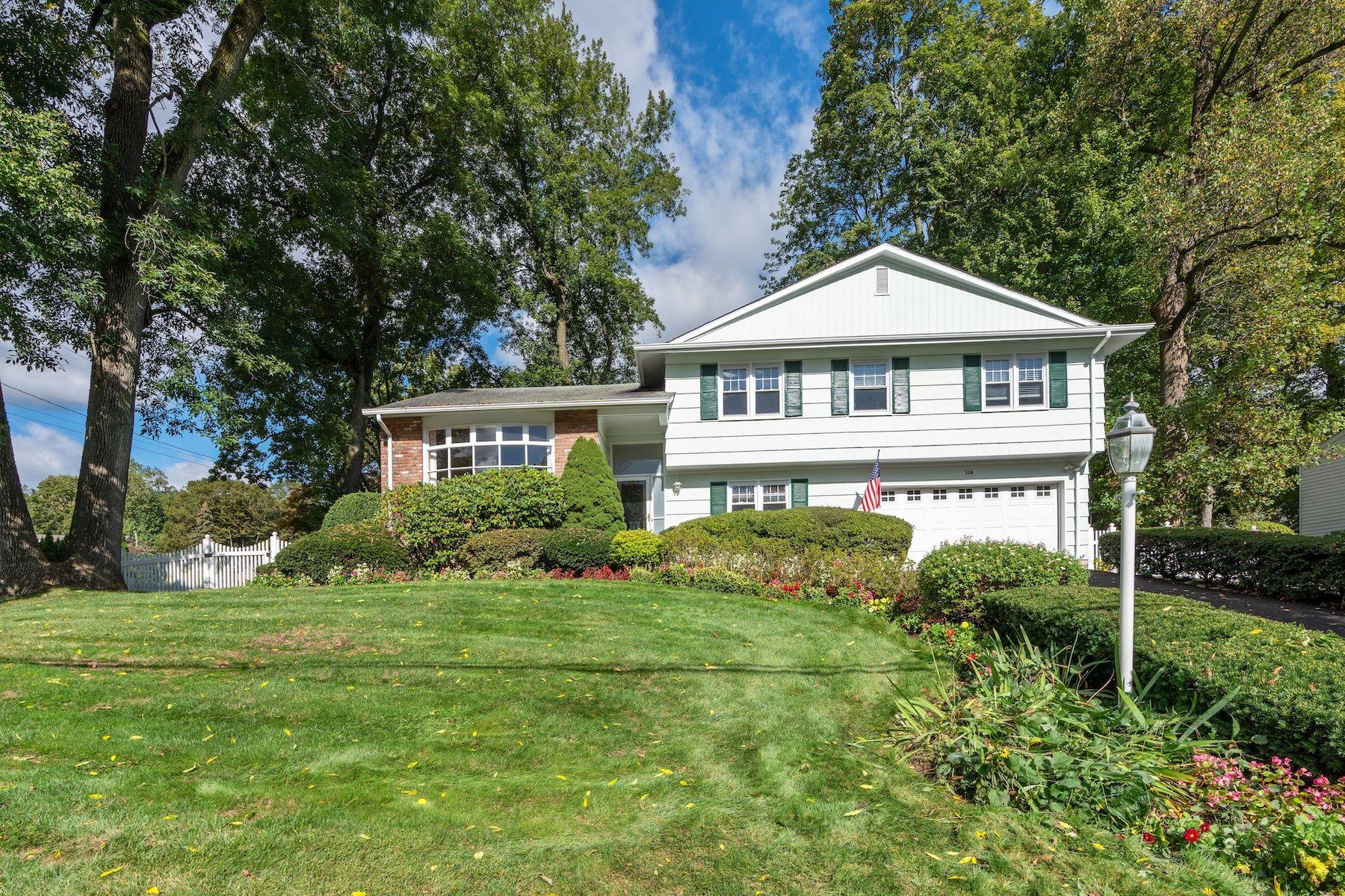 Single Family Homes por un Venta en Delightful, Spacious Living in New Rochelle 116 Surrey Drive New Rochelle, Nueva York 10804 Estados Unidos