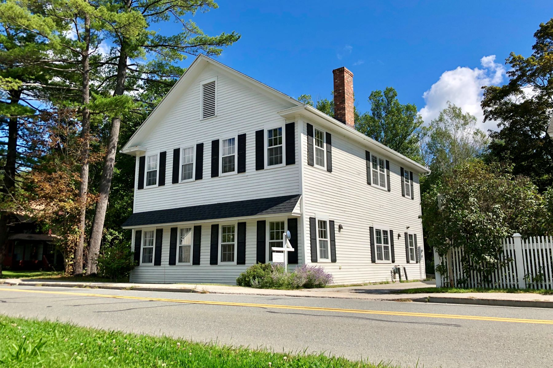 Single Family Homes for Sale at A short stroll from the Red Lion Inn in downtown Stockbridge w/ Large Private Pa 8 Pine St Stockbridge, Massachusetts 01262 United States