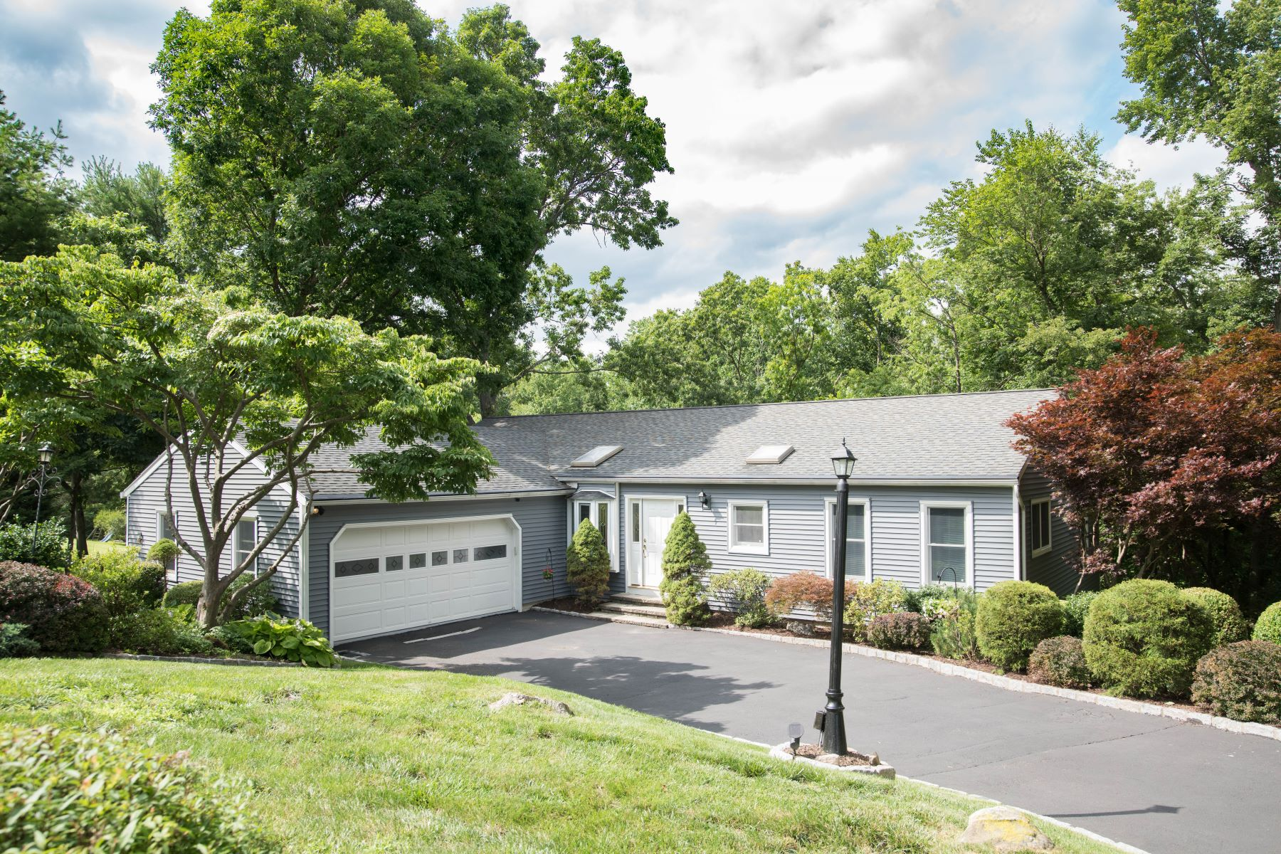 Single Family Homes للـ Sale في Pride Of Ownership 6 Big Buck Lane, Brookfield, Connecticut 06804 United States