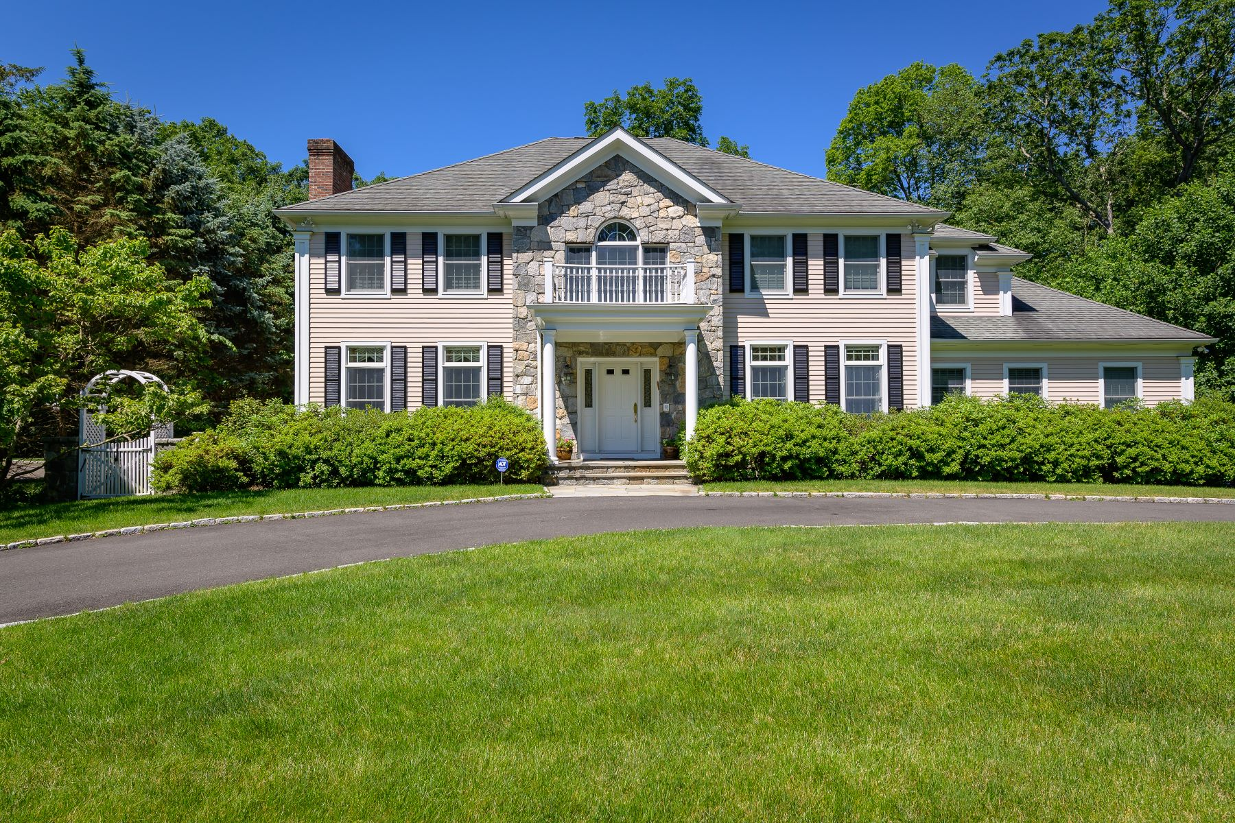 Single Family Homes للـ Sale في Stunning Colonial 50 Pembroke Drive, Stamford, Connecticut 06903 United States