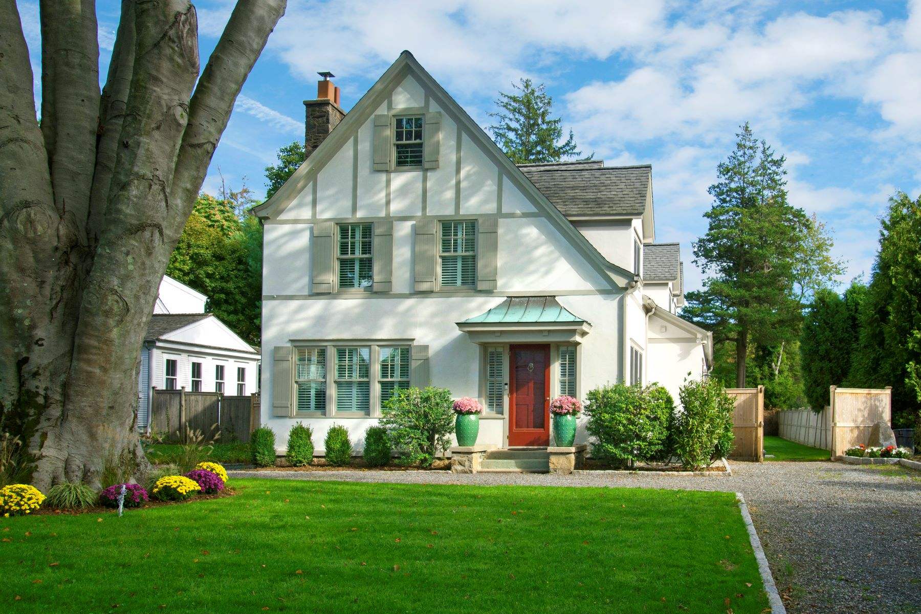 Single Family Homes por un Venta en Rowayton Tudor 66 Highland Avenue Norwalk, Connecticut 06853 Estados Unidos