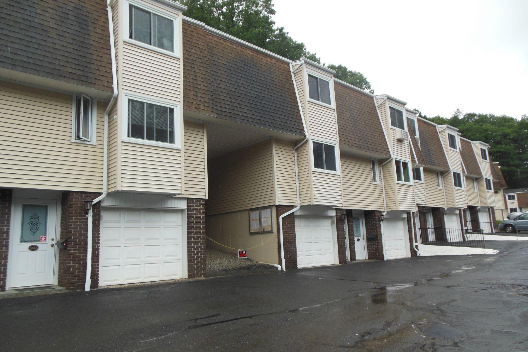 Adosado por un Venta en Desirable Complex 95 Chestnut Street 95e Bethel, Connecticut, 06801 Estados Unidos