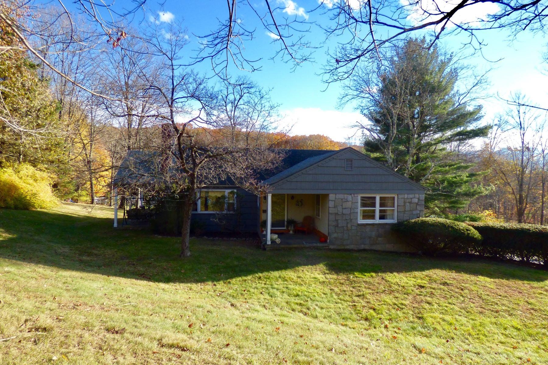 Maison unifamiliale pour l Vente à Horse Property Close to Town 62 Camp Dutton Rd Litchfield, Connecticut, 06759 États-Unis