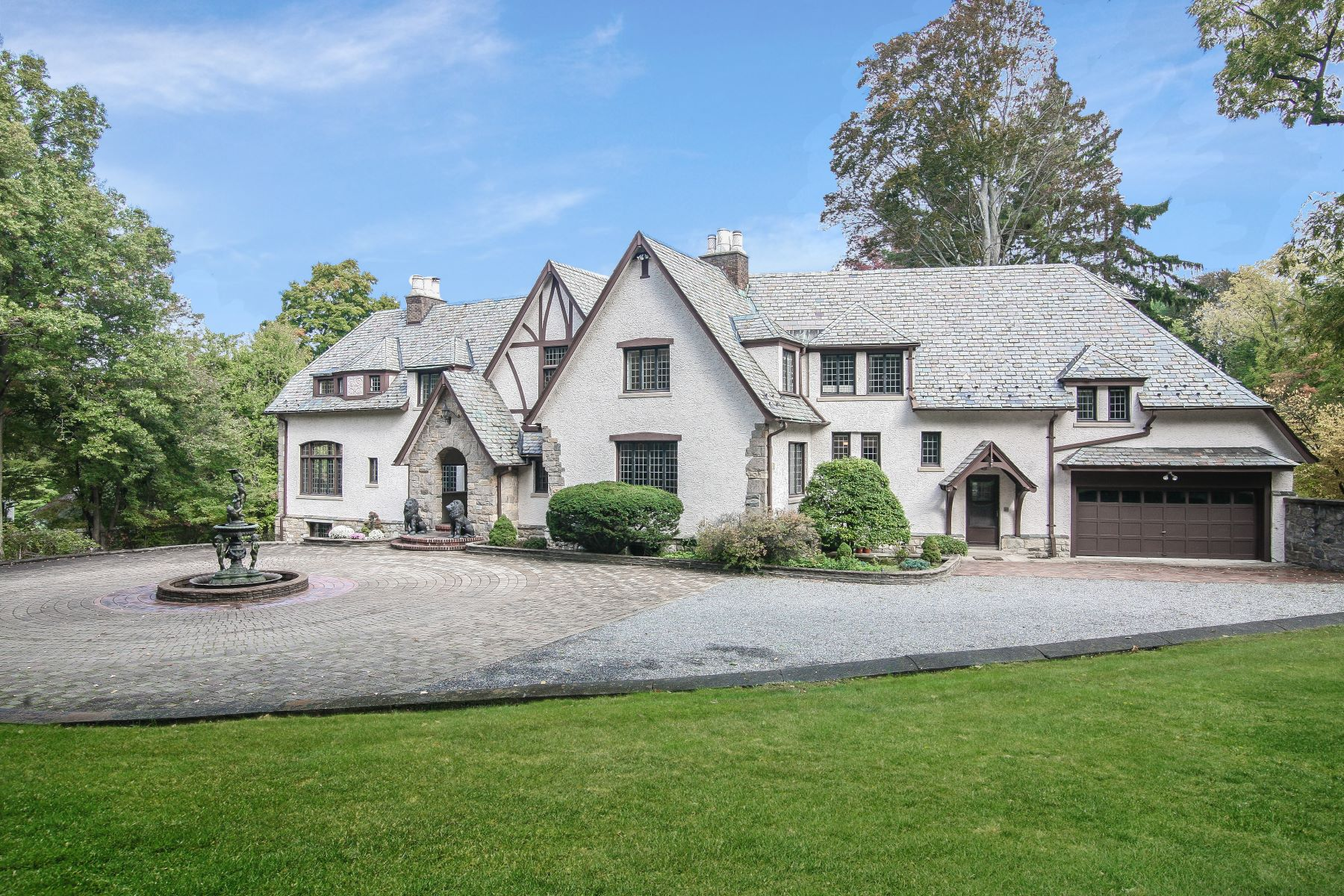 Single Family Homes för Försäljning vid Luxurious Living in this Majestic English Manor 41 North Broadway, Irvington, New York 10533 Förenta staterna