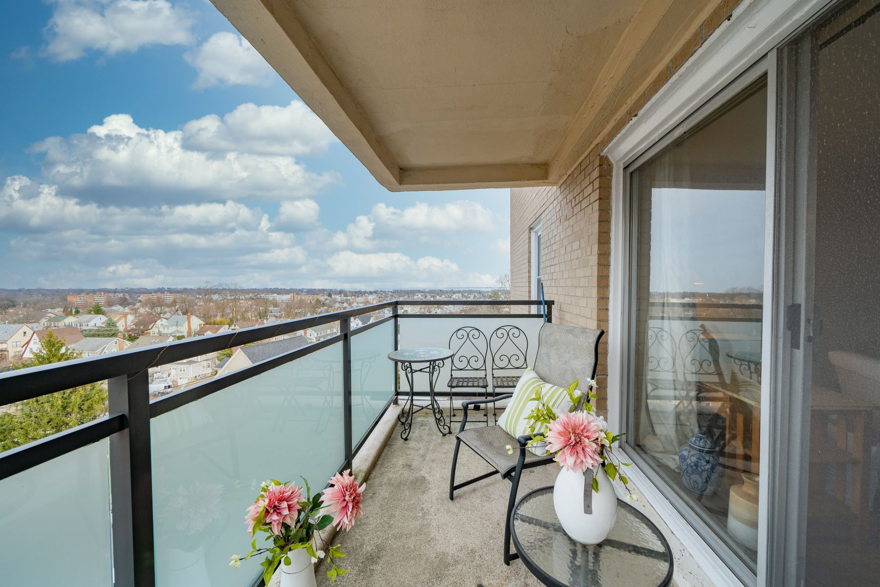 Co-op Properties 為 出售 在 Enjoy the Morning Sun on the Over-sized Balcony! 377 Westchester Avenue, 6E, Port Chester, 纽约 10573 美國