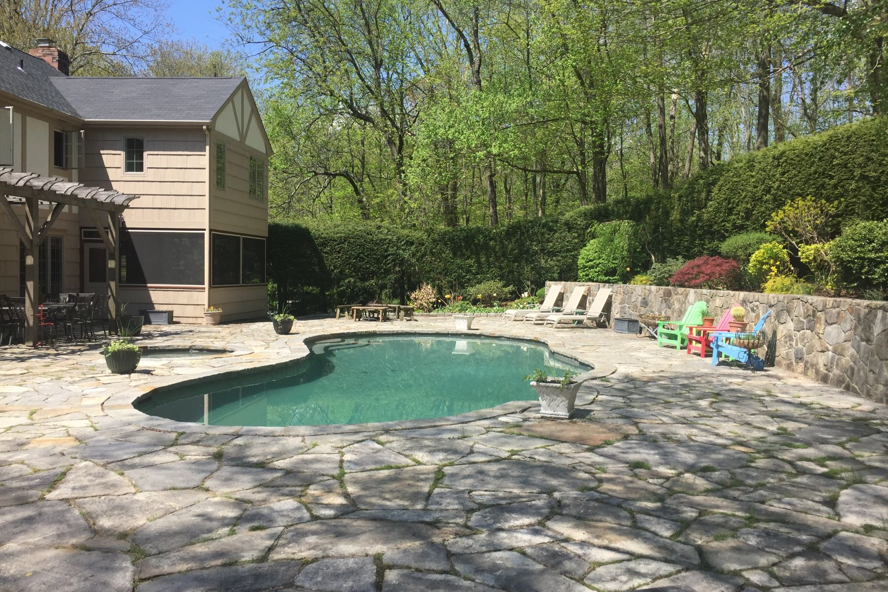 Single Family Homes för Försäljning vid Classic Tudor 32 Hull Place, Ridgefield, Connecticut 06877 Förenta staterna