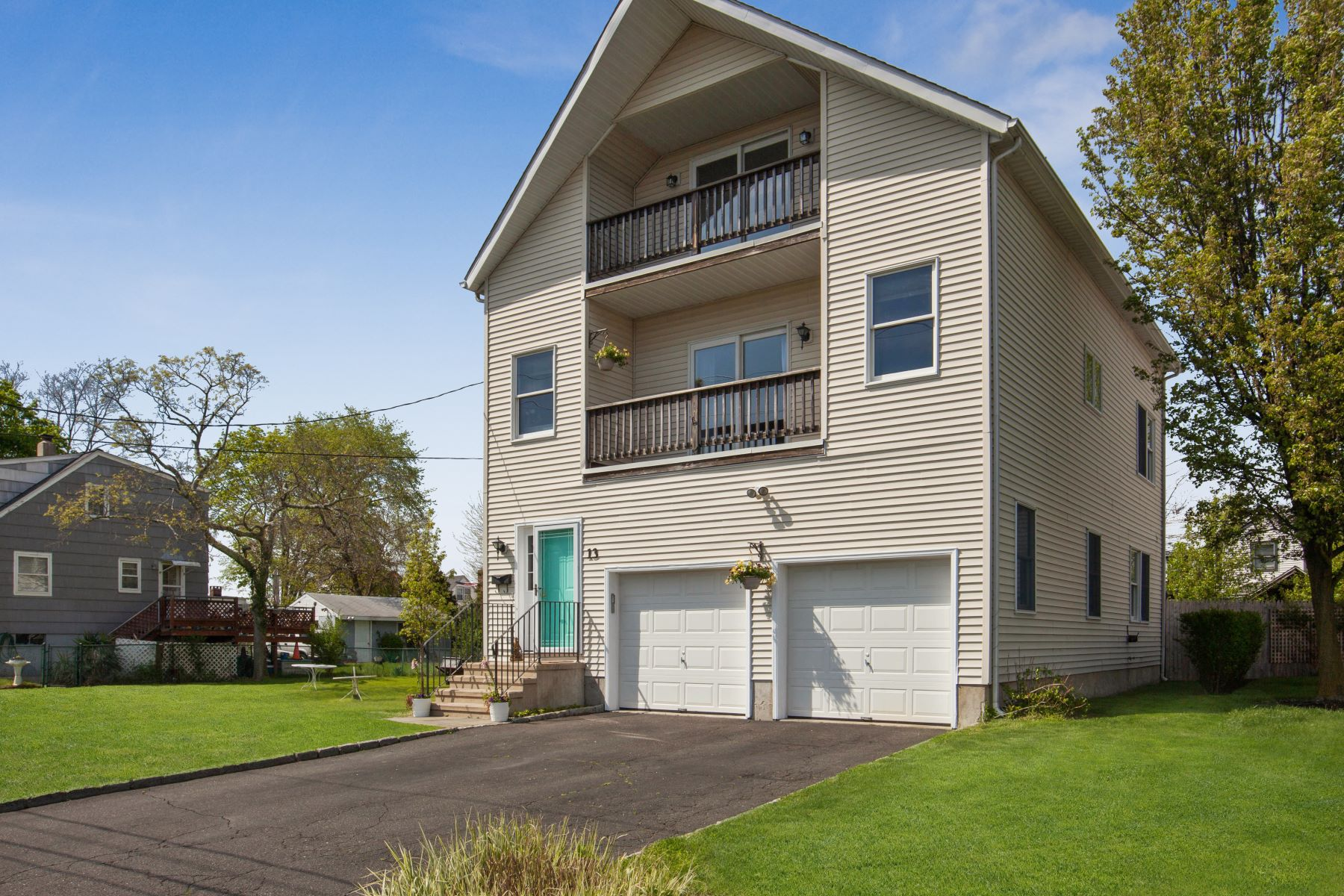 Property のために 売買 アット Updated Home with a Beachy Feel! 13 Yost Street, Norwalk, コネチカット 06854 アメリカ