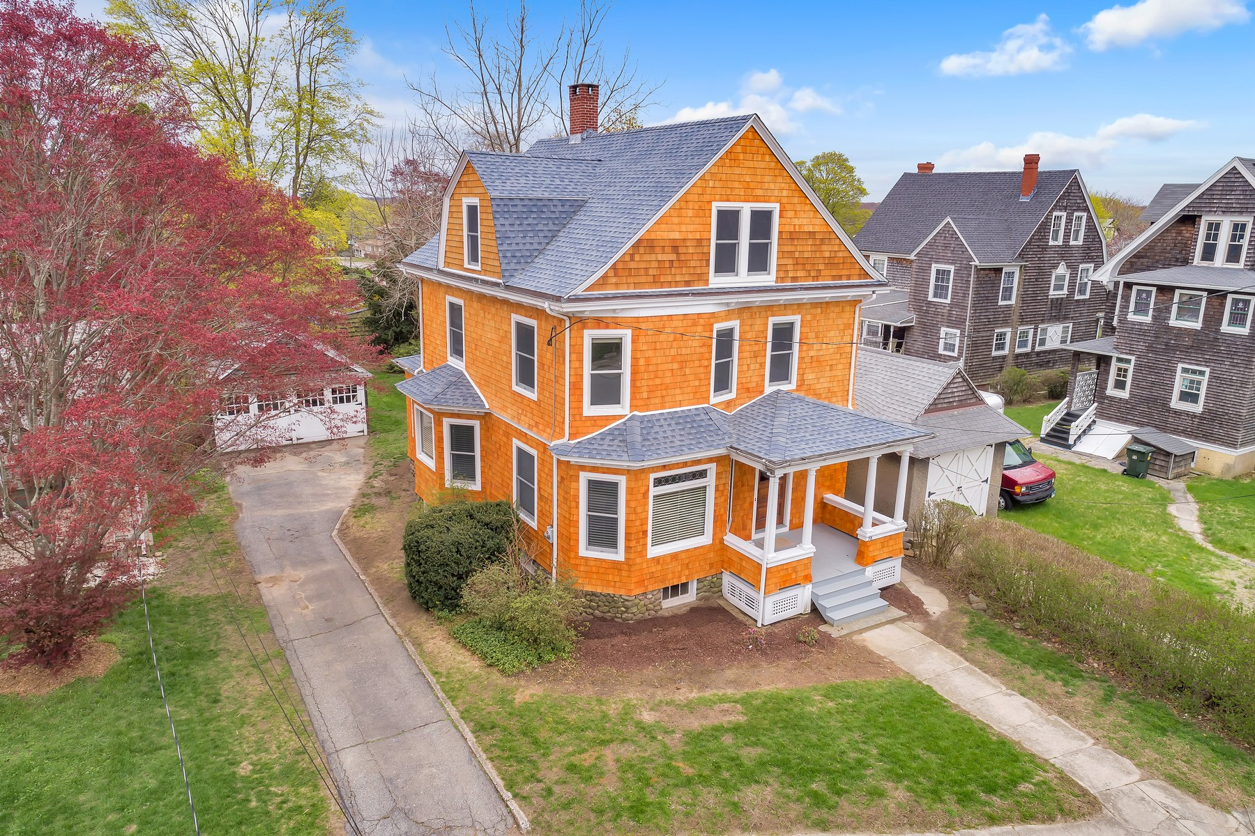 Single Family Homes للـ Sale في Filled with Charm and Character 56 Bellevue Pl, New London, Connecticut 06320 United States