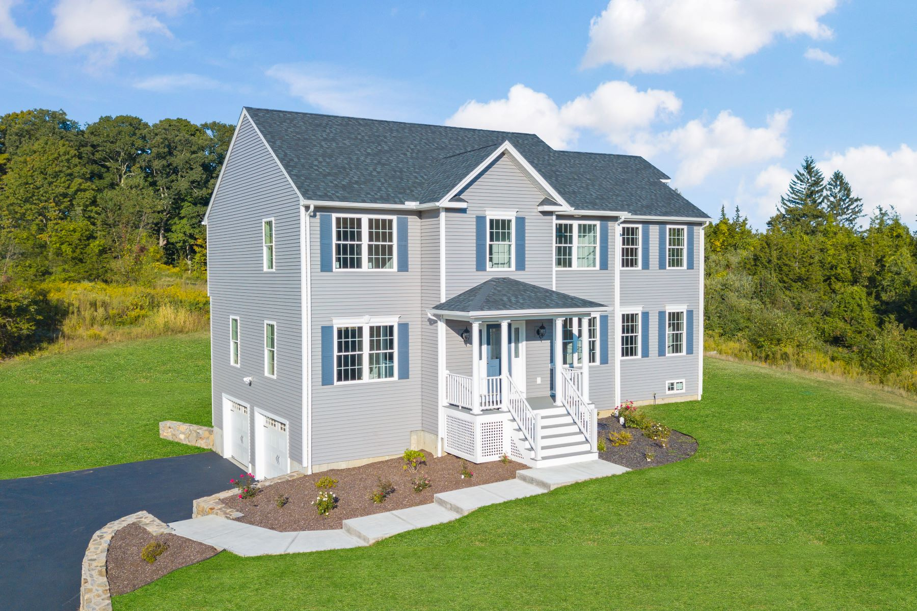 Single Family Homes pour l Vente à Brand New Completed Construction 66 Platts Hill Road Newtown, Connecticut 06470 États-Unis