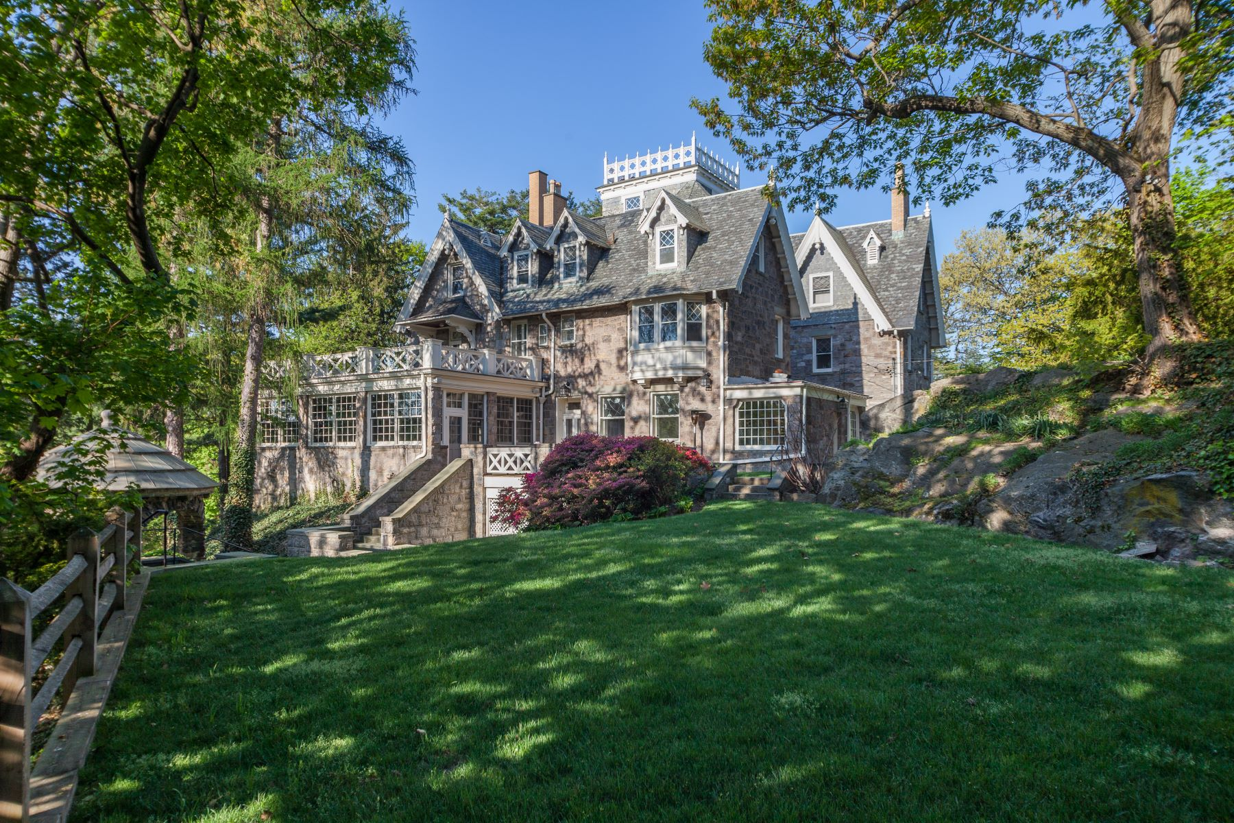 Maison unifamiliale pour l Vente à Magnificent Village Estate 50 Crows Nest Road Bronxville, New York 10708 États-Unis