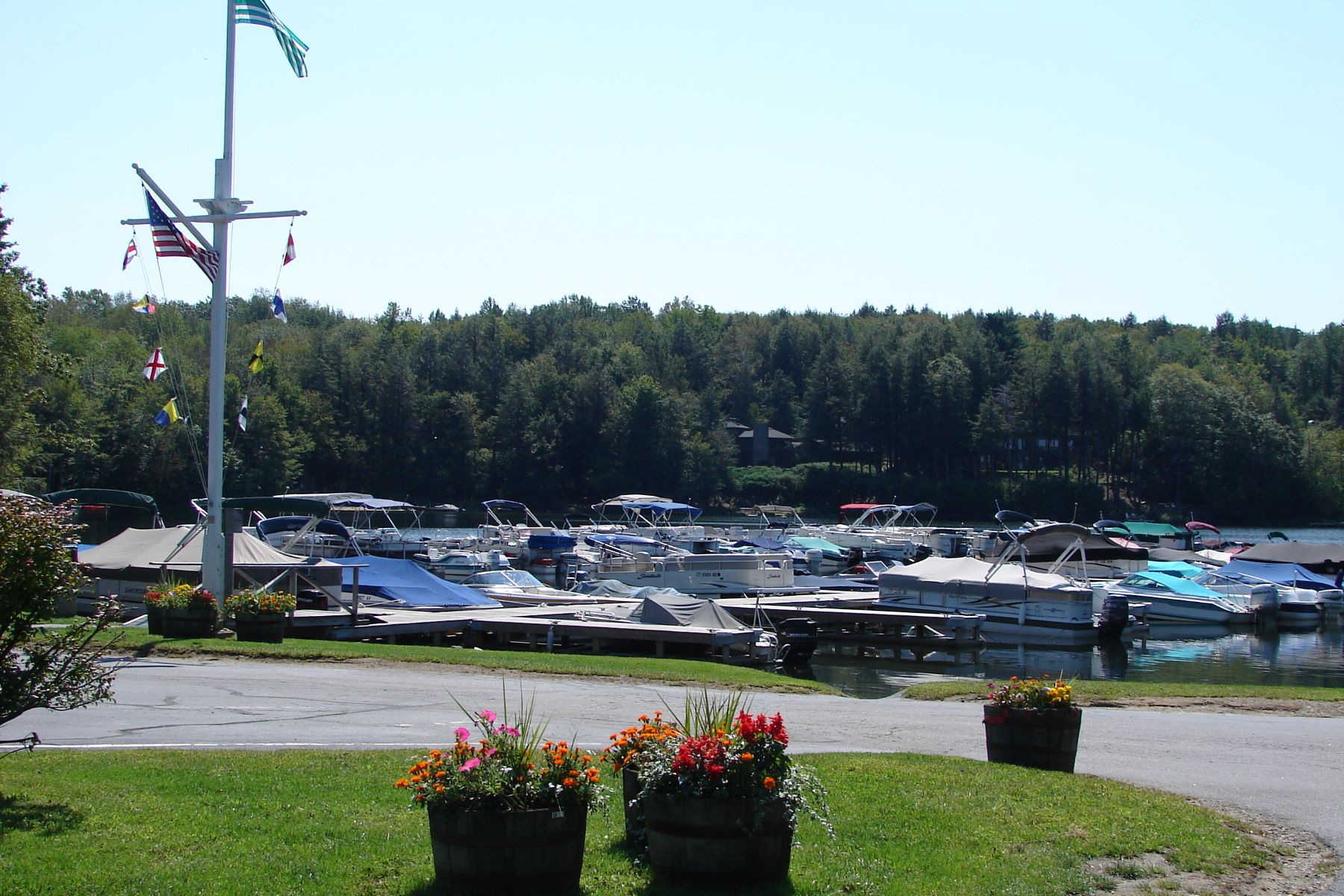 Additional photo for property listing at Woodridge Lake Single Level Living 55 Shelbourne Drive Goshen, Коннектикут 06756 Соединенные Штаты