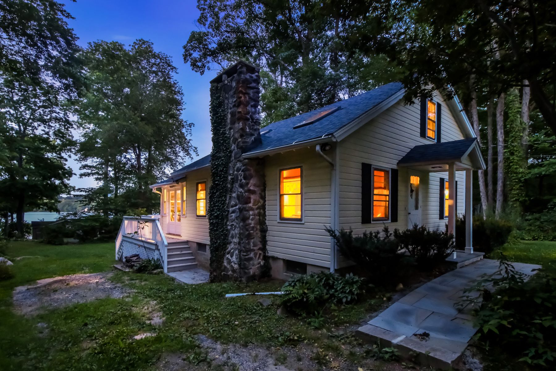 Single Family Home for Sale at Peace and Quiet 9 West Lake Rd Middlebury, Connecticut, 06762 United States