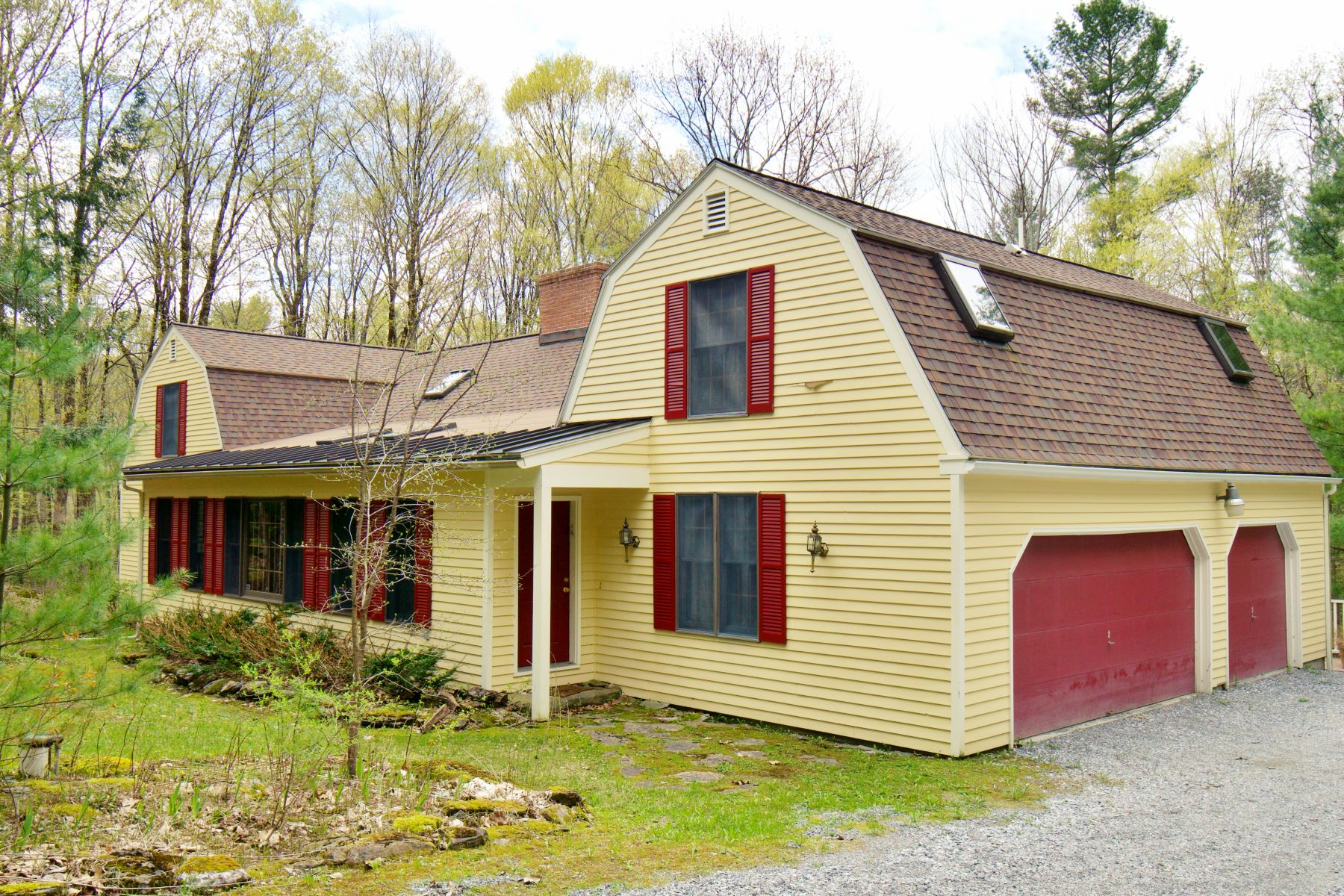 Single Family Homes por un Venta en Privately Situated Gambrel Dutch Home 750 West Rd Richmond, Massachusetts 01254 Estados Unidos