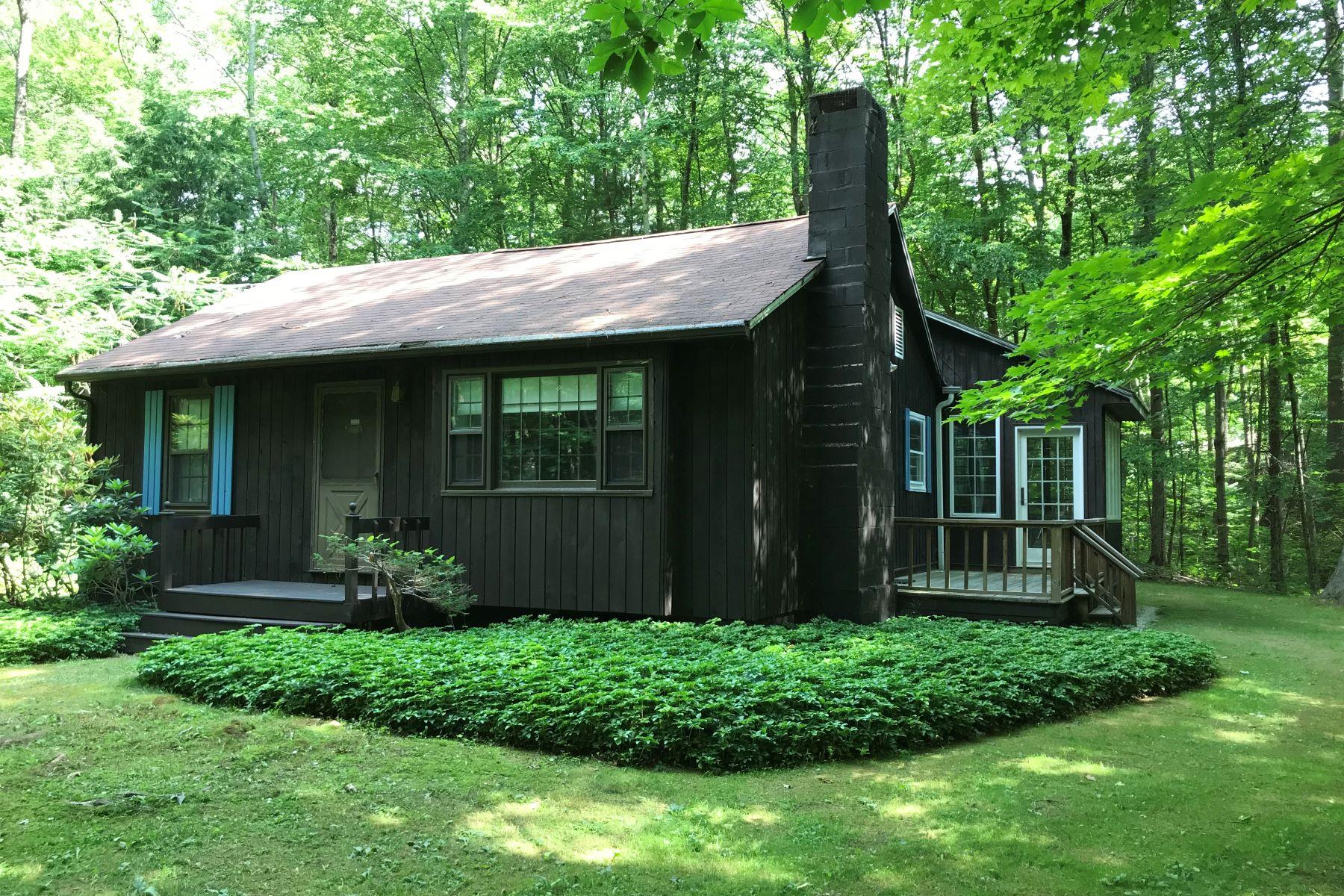 Casa Unifamiliar por un Venta en Cozy Country Cottage in Woodland Setting 41 Pine St New Marlborough, Massachusetts 01259 Estados Unidos
