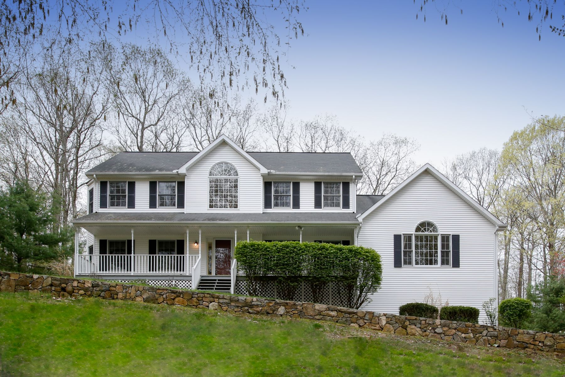 واحد منزل الأسرة للـ Sale في Colonial Farmhouse 22 Jeremy Drive New Fairfield, Connecticut, 06812 United States