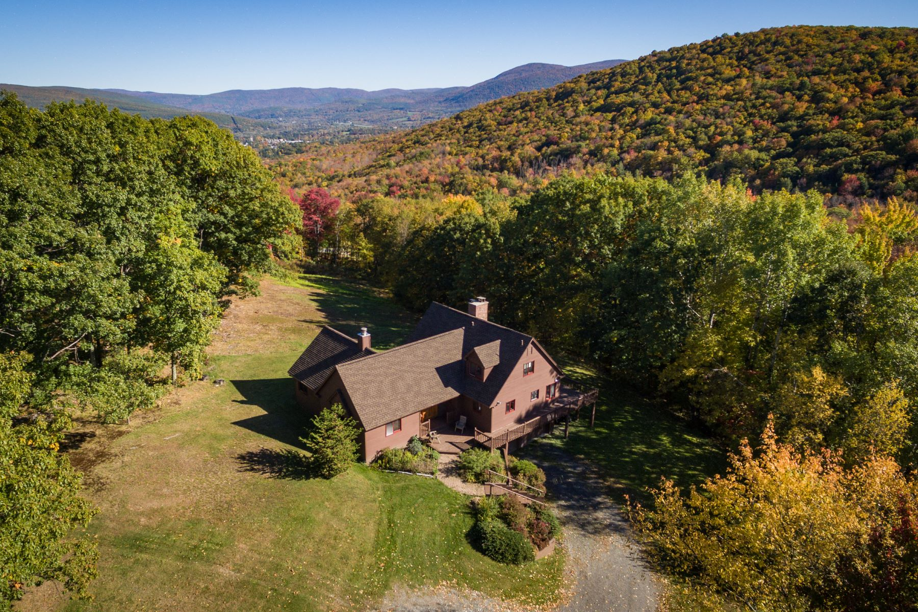 Maison unifamiliale pour l Vente à Spectacular 200-Acre Parcel with Two Homes, Barn, Views Williamstown, Massachusetts 01267 États-Unis