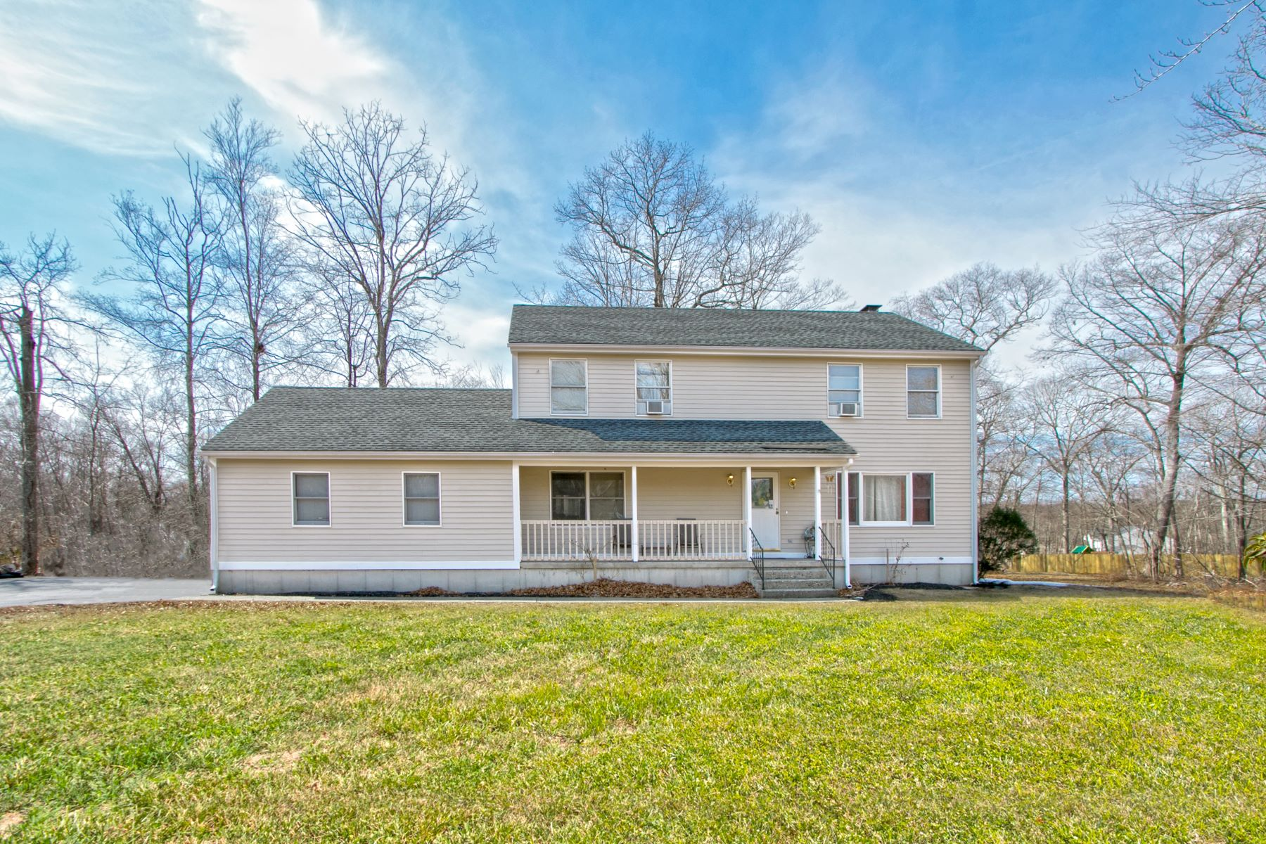 Single Family Homes por un Venta en A Corner Lot Gem 210 Gales Ferry Rd Groton, Connecticut 06340 Estados Unidos