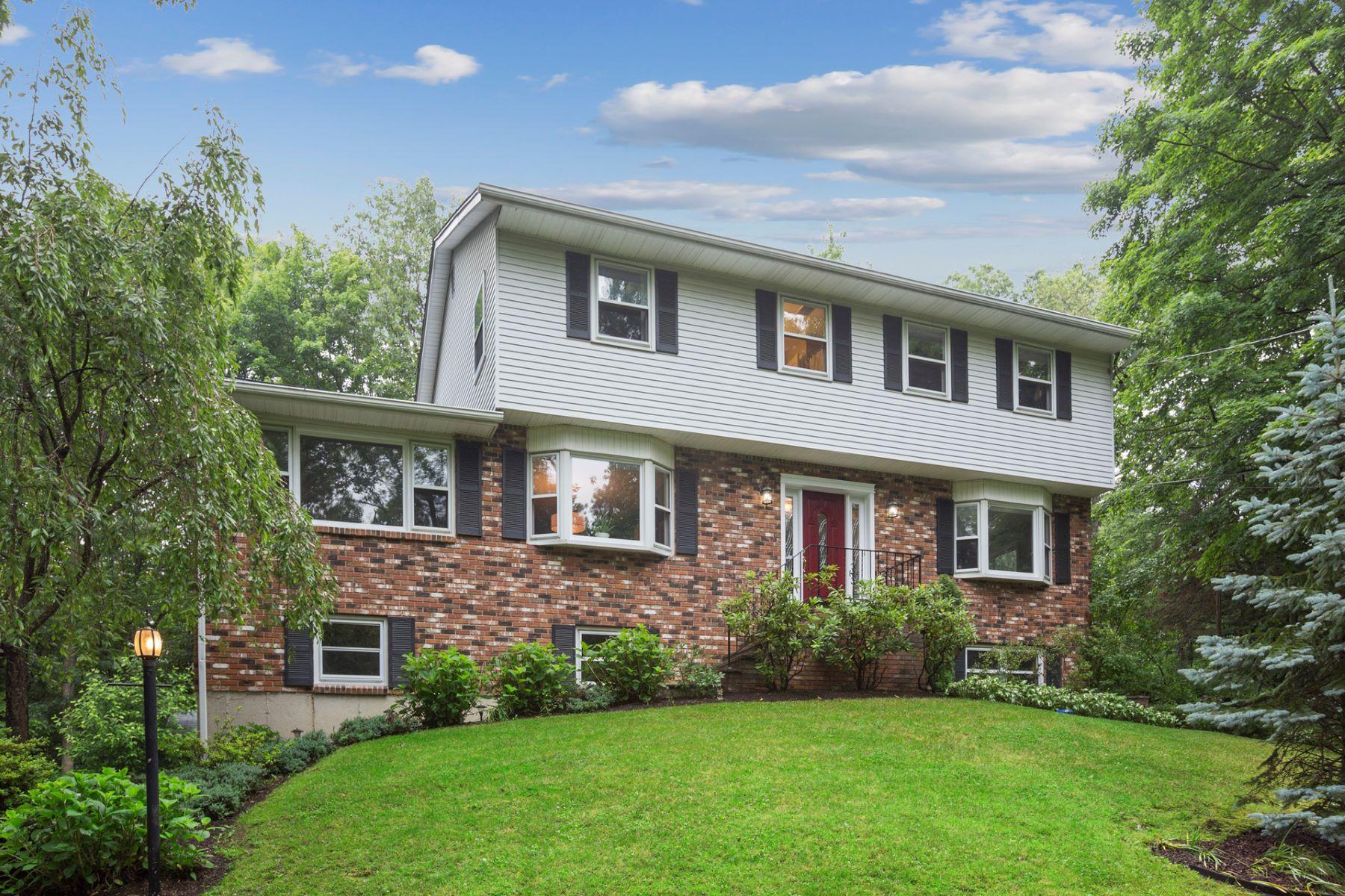 Single Family Homes для того Продажа на Spacious Colonial 113 Chambers Road, Danbury, Коннектикут 06811 Соединенные Штаты