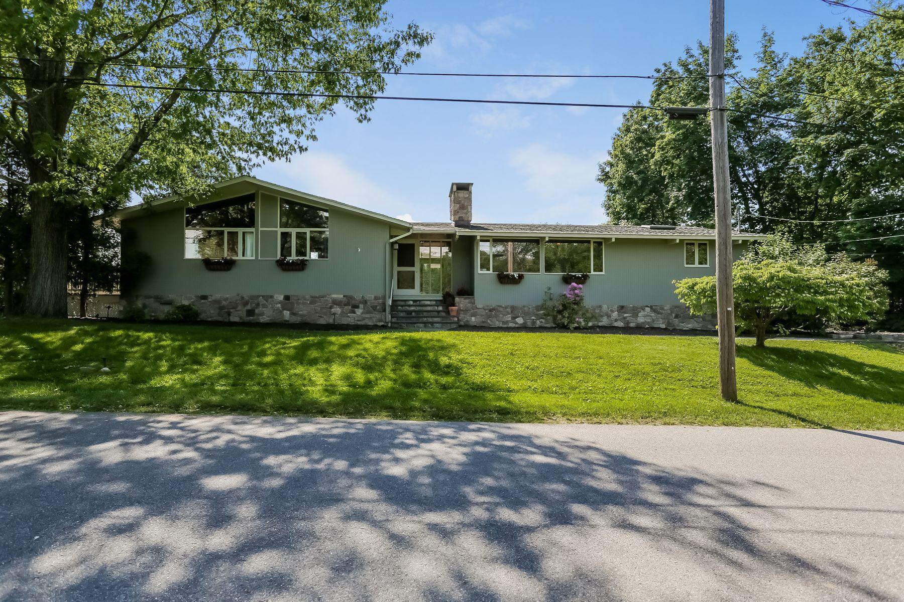 Maison unifamiliale pour l Vente à Candlewood Lake Club 16 Brookside Trail New Milford, Connecticut 06776 États-Unis
